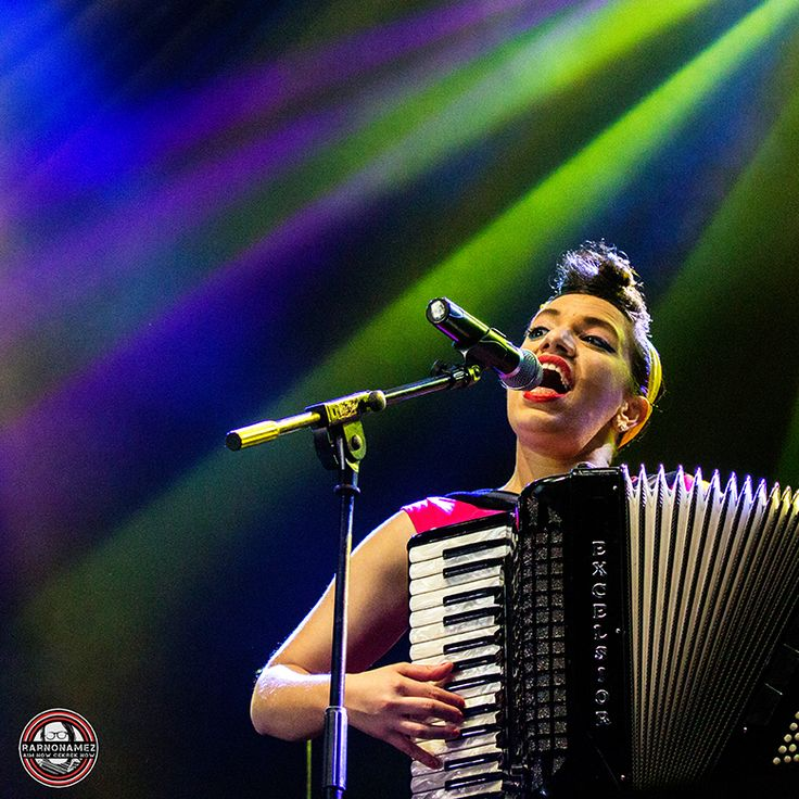 Magda Giannikou, seorang pianis , sebuah accordionist , penyanyi , komposer , sebuah orkestra , sebuah penulis lagu , produser musik , penari calon dan seorang koki yang sangat baik . Lahir dan dibesarkan di Athena , Yunani , ia segera menemukan bahwa musik adalah hal yang paling keren di bumi dan mulai pelatihan musiknya dalam musik klasik dan jazz .