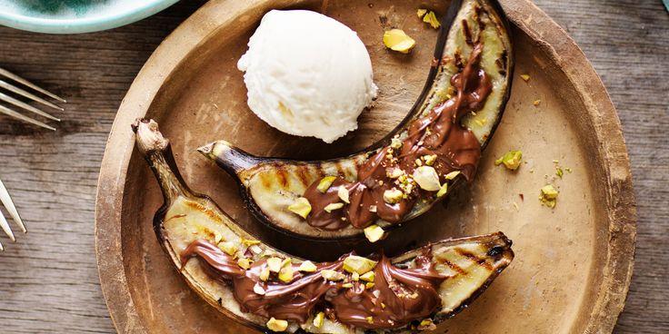 Halkaise banaanit kuorineen pituussuunnassa ja grillaa ne pehmeiksi.Sivele pähkinälevitettä halkaisupinnoille ja ripottele päälle pistaaseja.Tarjoa lisänä jäätelöä.Vinkki: Grillibanaaneiksi käyvät hyvin jo muutenkin tummaksi täplittyneet yksilöt.