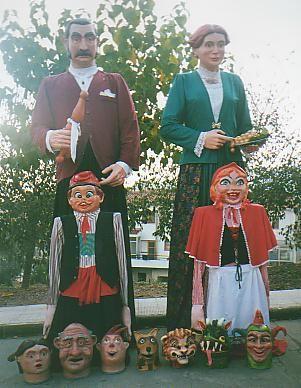 Gegants de Bràfim, Tarragona. Macabeu i Parellada, noms d'especialitats de raïms. Representen un matrimoni de principis de S.XX, senyors de la vinya.