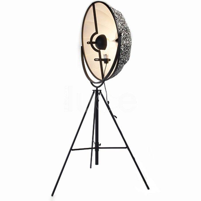 Fortuny è una lampada da terra con struttura in profilato a C, piatto trafilato e tubo d'acciaio.  Verniciatura a polveri epossidiche nero.  Dotata di lampadina ad incandescenza a 500W, flusso luminoso 8400 Im e lampadina da 300 W, flusso luminoso 4600 Im ( durata lampadine 1000 h.).  Attacco E40, 230/110 V. Fortuny è una lampada da terra considerata un'icona contemporanea e intramontabile!
