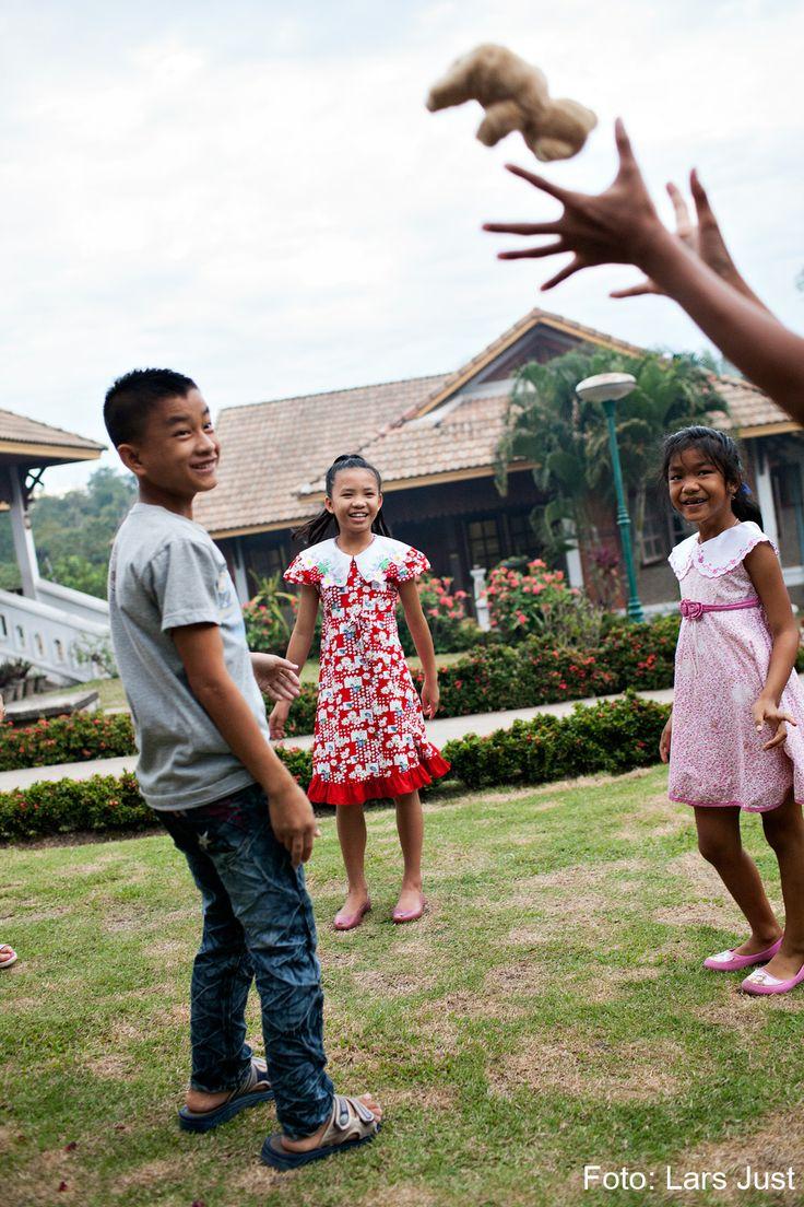 I en SOS-børneby får forældreløse og udsatte børn en tryg barndom med masser af omsorg, uddannelse og plads til at lege og være barn. Her leger en flok SOS-søskende i SOS-børnebyen i Luang Prabang i Laos.