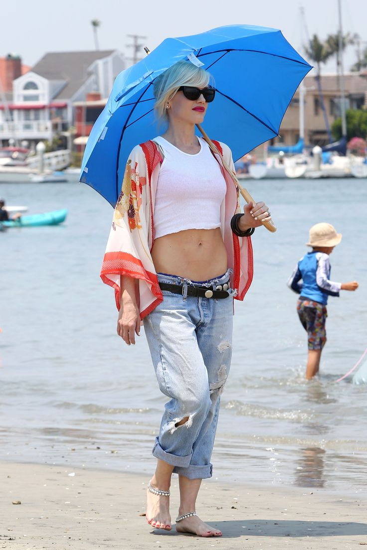 Gwen Stefani, super smart, protecting her skin from the sun.