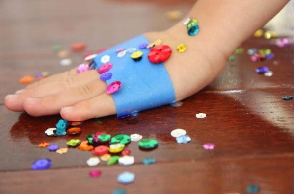 Wenn dein Kind winzige Teilchen wie Glitzer und Pailletten verschüttet hat, lassen sich diese mit Isolierband gut aufsammeln. | 100 geniale Lifehacks für Eltern, die Dein Leben leichter machen