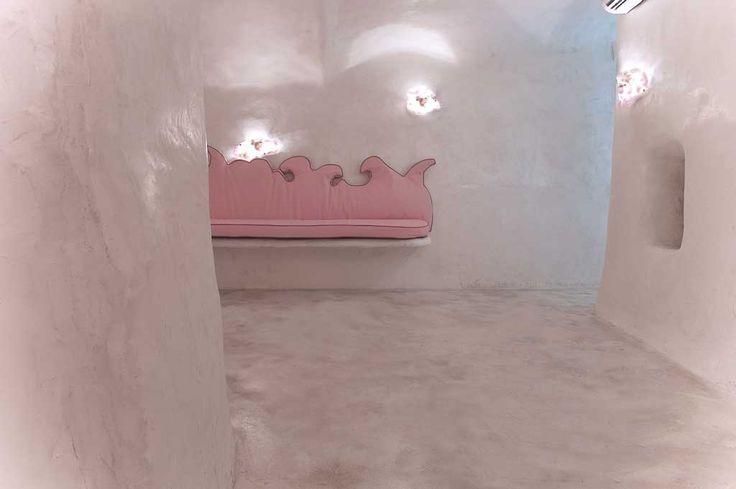 pavimento in cemento bianco lucidato con pareti in calce lucida su intonaco strutturale in rete, con nicchie e sedute integrate