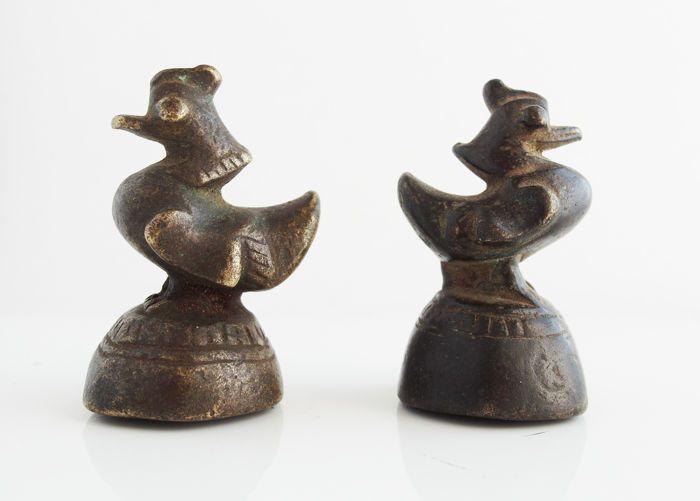 Mandarijn eenden bronzen gestandiseerde gewichten voor wegen van objecten - China -Ming-Dynastie (1368-1644)  2 Mandarin eenden: bronzen gestandiseerde gewichten voor wegen van objecten: China.- Ming-dynastie (jaar 1368-1644)- standaard gewicht op dat moment om de producten te wegen- Zeer origineel gereedschap- het symbool van de macht van mensen- hoogte: 55mm- BronsNa de hereniging van China meet de staat de standaard artefacten. Als standaard voor weeginstrumenten heeft het een zeer hoge…