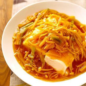 レンジで温めた豆腐を野菜たっぷりのあんで「豆腐のカレーあんかけ」のレシピです。プロの料理家・石原洋子さんによる、もやし、えのきたけ、長ねぎ、絹ごし豆腐などを使った、160Kcalの料理レシピです。