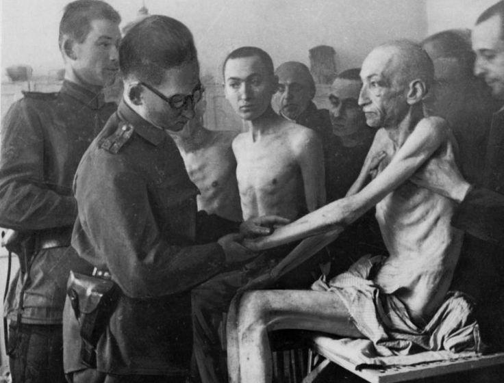 """El 27 de enero 1944 fue liberado el campo de exterminio de Auschwitz-Birkenau pero los ingleses sabían lo que estaba ocurriendo allí desde el 1 de julio del año anterior. Esta es la historia Auschwitz El 1 de julio de 1944 el embajador británico en Suecia. V. Mallet, telegrafiaba a Londres de forma urgente: """"El gobierno sueco ha recibido informes terribles de la la legación sueca en Budapest acerca del asesinato de judíos húngaros en cámaras de gas"""". En el mismo formulario de registro de…"""
