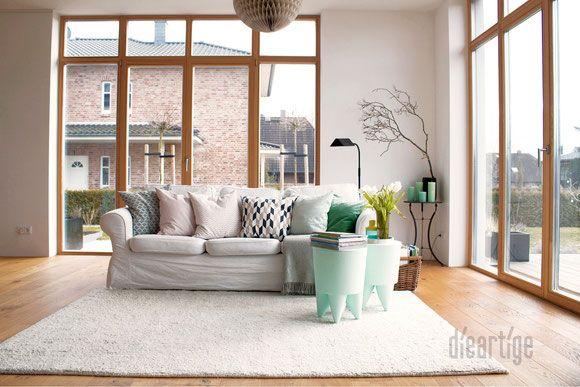 dieartigeBLOG - Wohnzimmer in Weiß, Mint, Grau und Rose, raumhohe Holzfenster, Eichenparkett