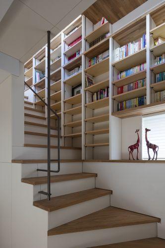 階段の壁一面本棚