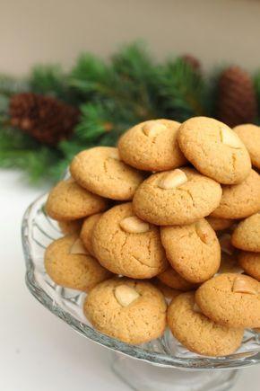 Klassiske peppernøtter er enkelt og godt å bake til jul. De smaker litt som pepperkaker, men er formet som runde...