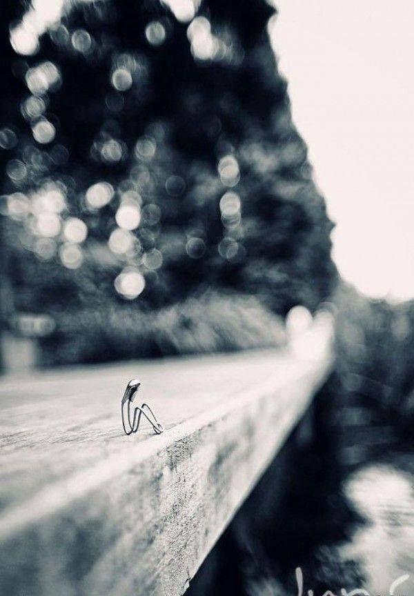 """""""Bo widzisz tu są tacy którzy się kochają i muszą się spotkać aby się ominąć bliscy i oddaleni jakby stali w lustrze piszą do siebie listy gorące i zimne rozchodzą się jak w śmiechu porzucone kwiaty by nie wiedzieć do końca czemu tak się stało"""" Jan Twardowski"""