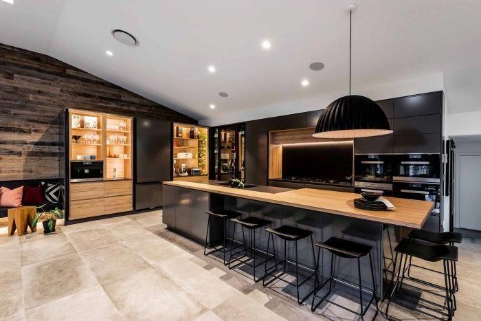 déco de grande cuisine ouverte aménagée en bois et noir ...