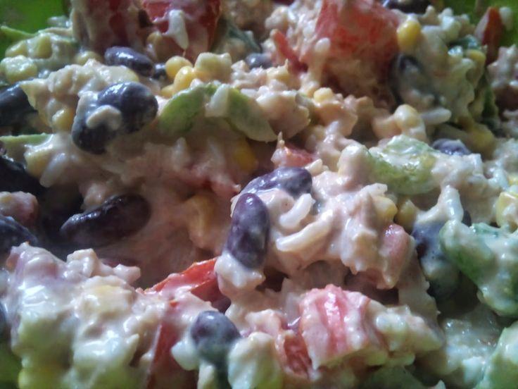 Recette de salade de riz, tomates, maïs, avocat, haricots rouges, poivron rouge, sauce yaourt et ciboulette. -Une délicieuse salade complète dont les couleurs appellent à la gourmandise. Elle est idéale pour les pique-niques servie en petits pots de confiture, pour garnir les barbecues et les planchas, ou encore pour la lunchbox, le bento du repas au bureau. Riz, avocat, haricots rouges, tomates, maïs et sauce au yaourt en font une salade protéinée, complète qui peut être servie en plat…