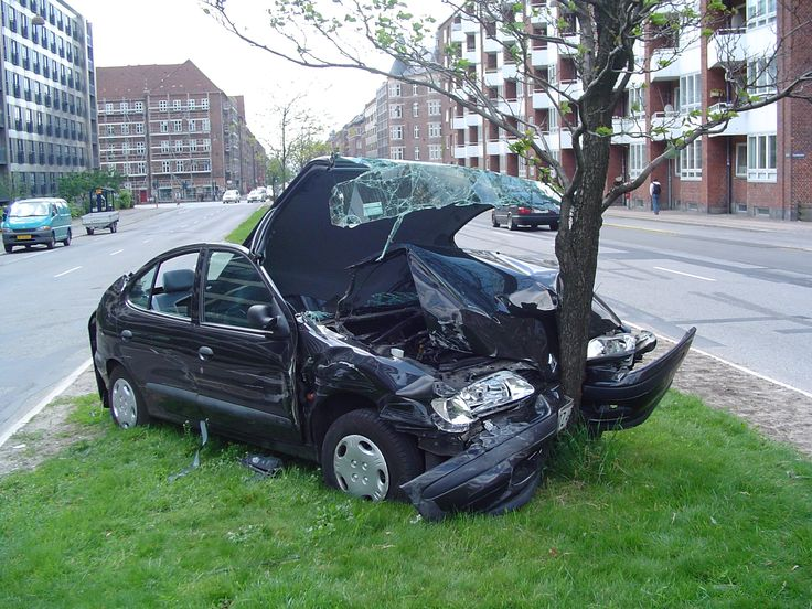 zderzenie samochodu z drzewem