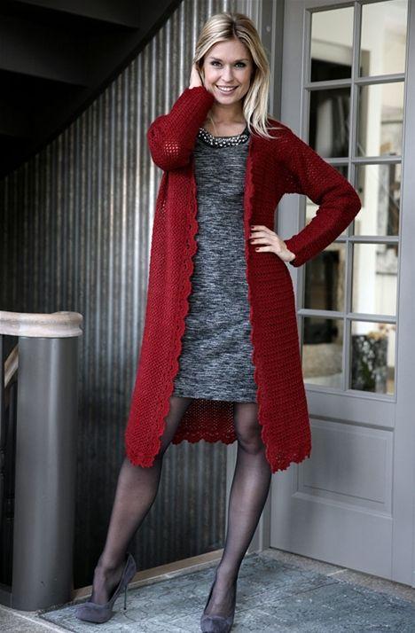 Flot rød hæklet jakke - Hendes Verden - Long red crochet coat/cardigan w/ scalopped edges FREE pattern in Danish (hva)