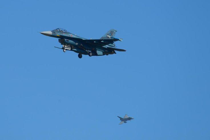 英空軍のタイフーン戦闘機と航空自衛隊のF2戦闘機=27日午前、青森県三沢市(撮影・長谷川悠人)