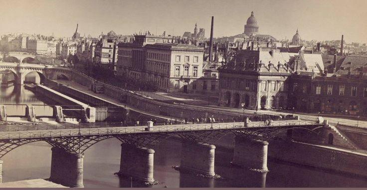Le pont des Arts en 1859, photographié par Gustave le Gray, probablement depuis une fenêtre du Louvre. Le long du quai de Conti on voit l'écluse de la Monnaie, démolie en 1923. Et si on regarde bien, on distingue (déjà) les boîtes des bouquinistes...  (Paris 1er)