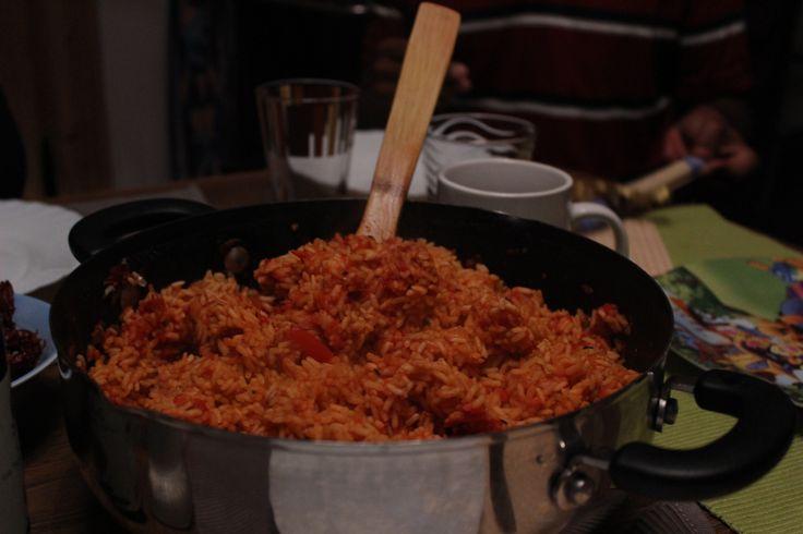 von Alexandra Ianakova - Nigeria Jollof-Reis ist ein sehr beliebtes Gericht in der westafrikanischen Küche. Markant ist vor allem die rote Farbe, die durch das Tomatenmark zustande kommt. Wichtig b...