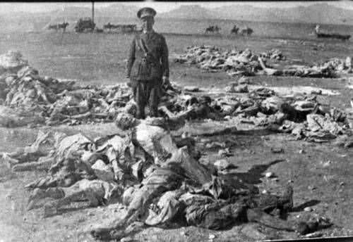 Foto:cientos de españoles troceados por los marroquies en las guerras del Rif. El 17/07/1936 llegó Franco a Tetuán desde Canarias a bordo de la aeronave 'Dragón Rapide' y empezó a reclutar nativos.Miles y miles se alistaron. Unos para salir de la miseria;otros por auténtica devoción a lo que consideraban una yihad contra el monstruo ateo-comunista;o por venganza, para hacerle a los españoles lo que les habían hecho a ellos. Solo querían matar, violar y mutilar a españoles, del bando que…