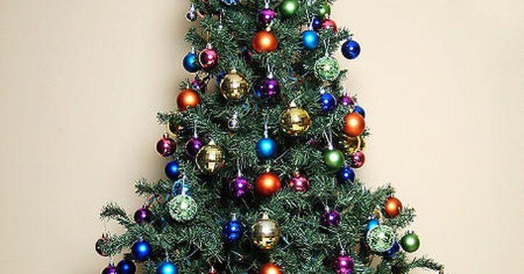 Formas de limpiar árboles de Navidad artificiales. Muchas familias eligen un árbol artificial para el centro de su decoración navideña. Tiene sentido económicamente y es mejor para el medio ambiente. Sin embargo, después de 11 meses de permanecer almacenado, el árbol puede tener acumulada una cantidad poco atractiva de polvo, suciedad y residuos. Para evitar la introducción de alérgenos no ...
