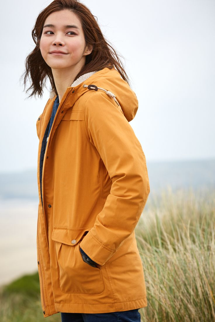 A cosy women's raincoat in a choice of colours. The Tiller Coat is made from cotton-rich waterproof fabric, with warm fleece & quilted polyester lining.