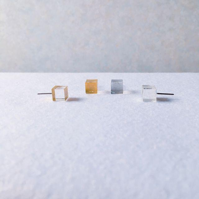 <<minn夏の新作デー!>>8mmサイズの小さな立方体のピアスです。透明なcubeの一面をシルバーに色づけして涼しげで上品な耳元を演出します。左右1ペアでのお届けです。【cubeパーツ】レジンでひとつずつ手作りをして仕上げにUVカット加工をしております...