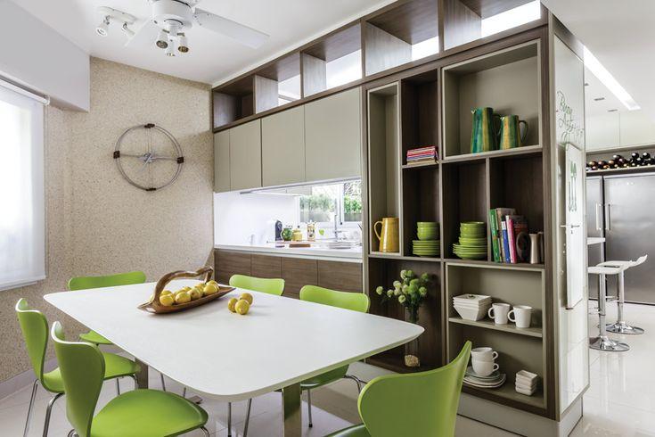 Dos propuestas para una cocina moderna y funcional  El comedor se equipó con una mesa de línea italiana (Gutman Lehrer) y sillas 'Jacobsen'. Bandeja de teca ($1.785), jarras de cerámica amarilla ($1.177) y rayadas alta ($810) y baja ($544, todo de Claudia Adorno) Foto:Santiago Ciuffo
