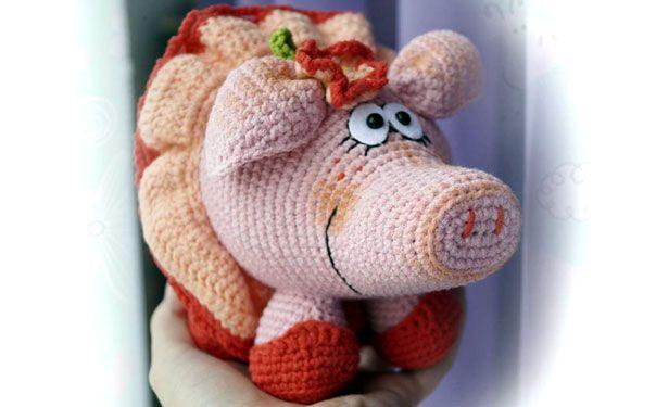 Вязаная игрушка. Свинка с цветочком. Описание