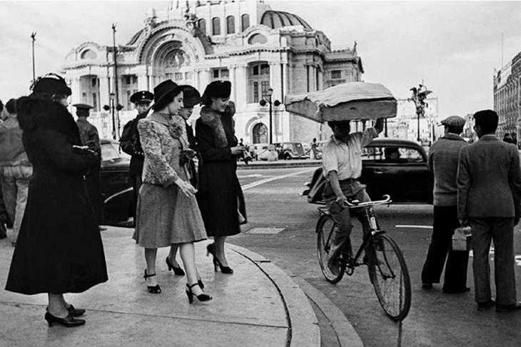 Imagen cotidiana en las calles del centro historico de la Ciudad de Mexico, cruces de las calles de Av. Juarez y San Juan de Letran, hoy Eje Central. El vestir elegante de las mujeres de la epoca de 40's