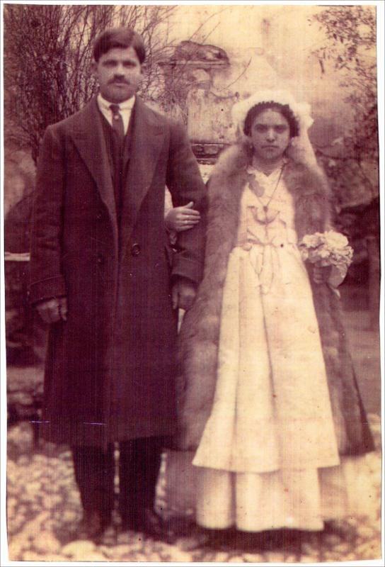 Ζευγάρι νεονύμφων από τη Βέροια. Ημερομηνία Έκδοσης: 1930. Συλλογή Χρυσάνθης Κωστοπούλου: Βέροια (Ημαθία). Δημόσια Κεντρική Βιβλιοθήκη της Βέροιας