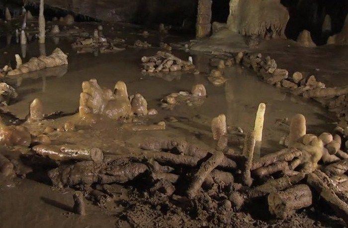 Загадочный пример искусства: Брюникельские пещерные каменные кольца. 176 000 лет  В 1990 году в французской пещере Брюникель были обнаружены два загадочных каменных кольца, которые были построены 176 000 лет назад и являются самыми старыми в мире структурами. Кольца были построены за 45 000 лет до прибытия современного человека в Европу, т.е. их создали неандертальцы. Состоят они из сотен сталагмитов, которые были отколоты, разрезаны на одинаковую длину и размещены в виде концентрических…