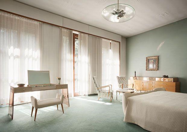 La camera padronale. A sinistra nella fot, la toilette della camera da letto, disegnata da Borsani alla fine degli Anni '40. Il disegno dell...