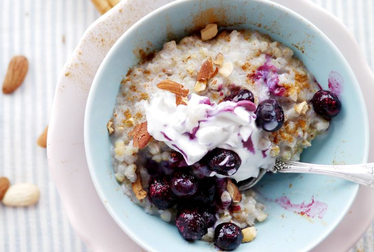 Perfekter Sattmacher: Porridge mit Blaubeeren