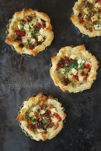 Mini tarty z feta, suszonymi pomidorami i pieczona papryka