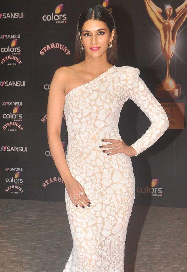 Kriti Sanon at the Stardust Awards 2015. #Bollywood #StardustAwards2015 #Fashion…