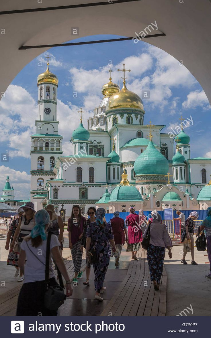 Download this stock image: Pilgrims and tourists visit the Church of the Ascension at the Voskresensky New Jerusalem Monastery, Russia - G7P0P7 from Alamy's library of millions of high resolution stock photos, illustrations and vectors.