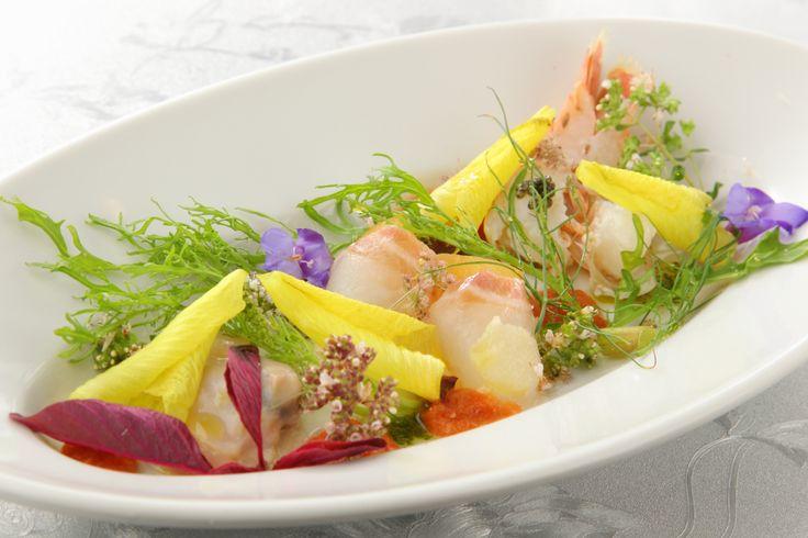〈前菜①〉旬の魚介のカルパッチョ ハーブと花のサラダ