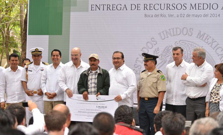 Acompañado por el secretario de Medio Ambiente y Recursos Naturales, Juan José Guerra Abud, el mandatario destacó la importancia del PET, porque permite reducir la pobreza mediante empleos enfocados en el aprovechamiento sustentable del entorno.