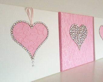 Bloeiende heart  Een enkel 12 x 12 hart canvas in roze. Dit kunstwerk van de muur is gemaakt met behulp van: acrylverf, lace stof, satijn, zijde en Tule stoffen (maken bloem bloeit), strass en parel kralen.  Aangepaste bestellingen zijn altijd welkom.
