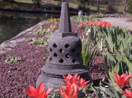 """Superbe Stupa du temple de """" Borobudur """" Idéale pour un jardin zen. Cette lampe de jardin en pierre de lave trouvera sa place dans un jardin, sur une terrasse ou à proximité d'un bassin aquatique pour une belle ambiance. La lampe est percée au fond permettant le passage de l'installation électrique Hauteur 45cm ; largeur 30cm ; profondeur 30cm Installation électrique non fournie"""