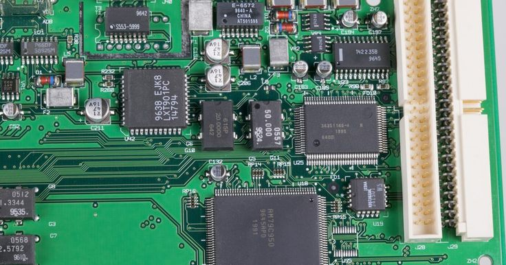 La conexión y diferencia entre BIOS y CMOS. El CMOS es un chip semiconductor complementario de óxido de metal que se usa para almacenar los ajustes de configuración de la BIOS del sistema. Lo último se refiere a los sistemas básicos de entrada/salida que consisten en el software de núcleo requerido para iniciar los ajustes del hardware de tu computadora. La BIOS se usa para iniciar tu PC, ...