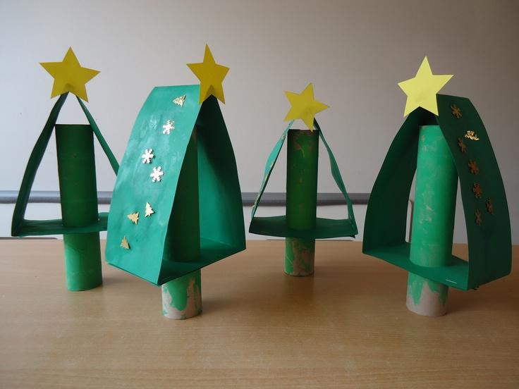 Kerstboom: Schilder een keukenrol groen. Neem een lange stevige strook karton en vouw hem in vieren: Vouw de strrok in een driehoek en laat aan de onderzijde twee delen over elkaar vallen. Maak aan de onderzijde een gat en steek hier de keukenrol door. Versier de strook en plak een ster van stevig papier op het puntje van de boom.