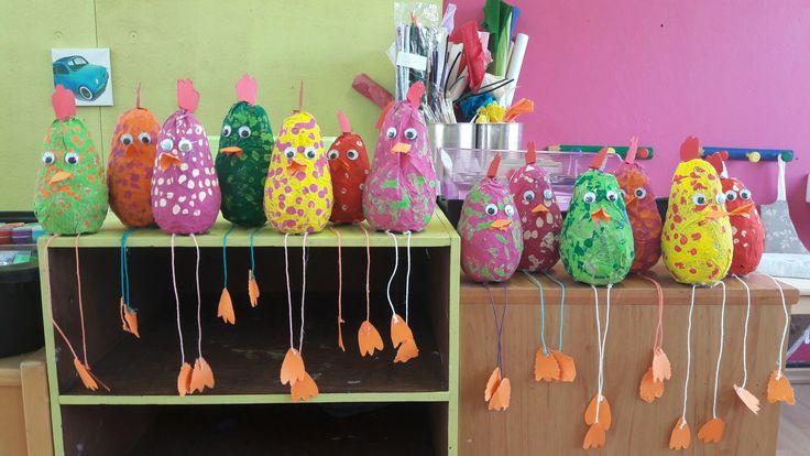Papier mache op ballonnen en daarna schilderen. Zeer fijne activiteit in de 2e kl klas!