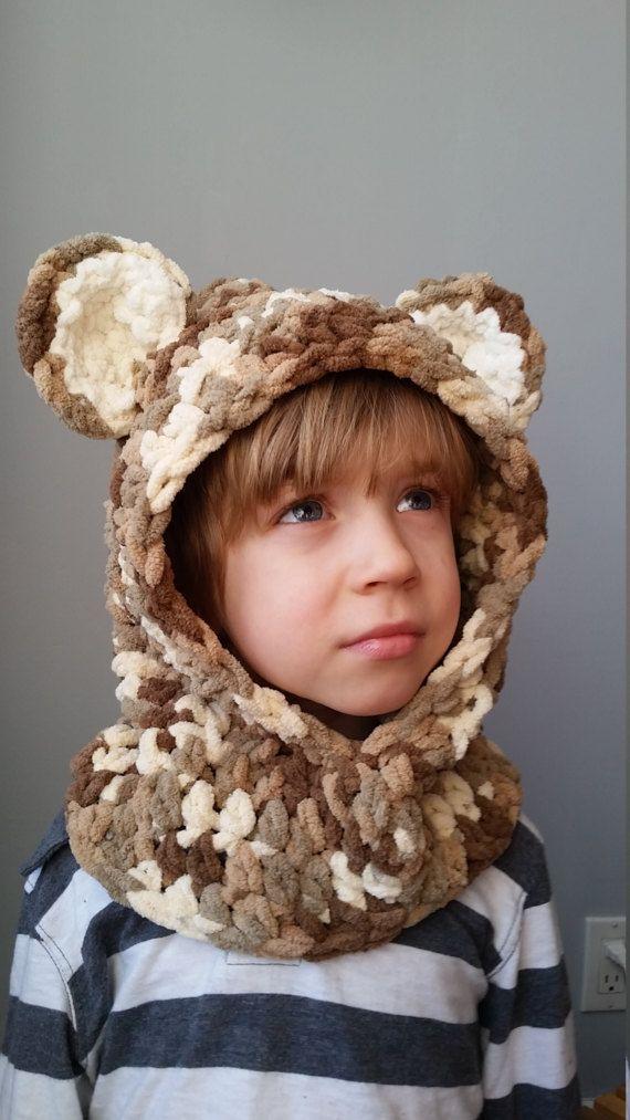 Vous cherchez une idée originale pour Pâques? Une alternative au Chocolat? Voici le cadeau idéal  Capuchon ours brun-beige avec oreilles pour enfants en grosse laine douce. Le col garde au chaud et la capuche attire les sourires :) La laine est très douce pour les petites joues et le cou. Le capuchon deviendra une vraie doudou pour vos enfants.  Ce capuchon est idéale pour les promenades dautomne, dhiver ou du printemps. Un petit capuchon pour les sorties en voiture et magasinage et il peut…