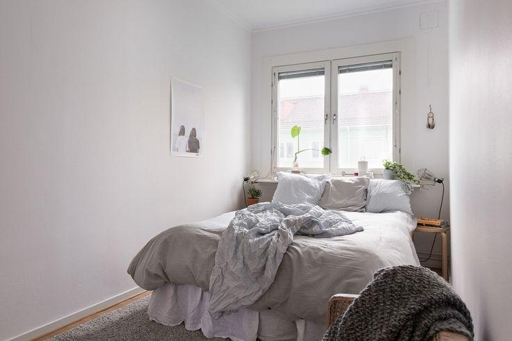 Rofyllt sovrum med plats för dubbelsäng