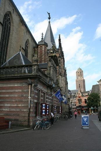 Foto van de Grote of Sint-Michaëlskerk in Zwolle. Bron: Voetsporen uit een ver verleden.