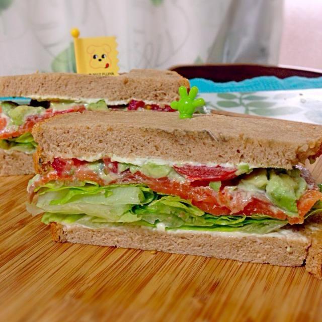 自家製全粒粉パンで。 - 8件のもぐもぐ - サーモンアボカドサンドイッチ by ppppp