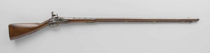 Gerrit de Oude Penterman | Vuursteenjachtgeweer, Gerrit de Oude Penterman, Gerrit de Jonge Penterman, c. 1705 | Het slot is gegraveerd met bladerranken, takken en een signatuur. De loop is versierd met ringen waarin steeds een vergulde, gegranuleerde groef zit, en het signatuur; de korrel is van geelkoper; onderop gemerkt met het wapen van Amsterdam en twee andere merken: HI en DB. De wortelnotenhouten kolf heeft eenvoudig snijwerk. Het beslag is van gegoten ijzer en bestaat onder meer uit…