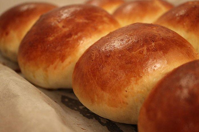 Классический рецепт приготовления дрожжевых булочек. Изуказанного количества ингредиентов получается примерно 16булочек.