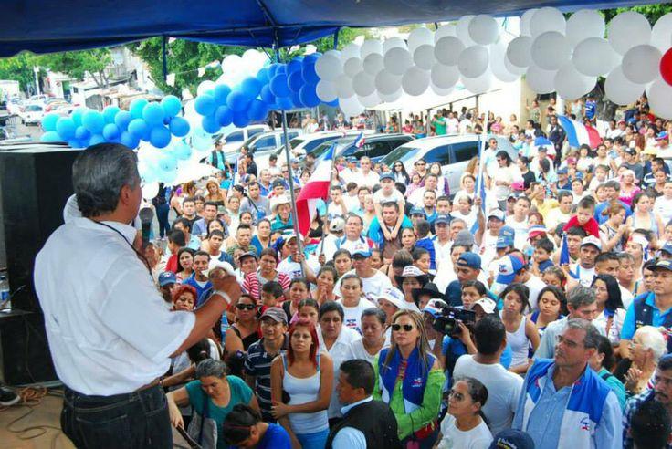 Norman Quijano saludando a los vecinos de Valle Verde, Apopa.